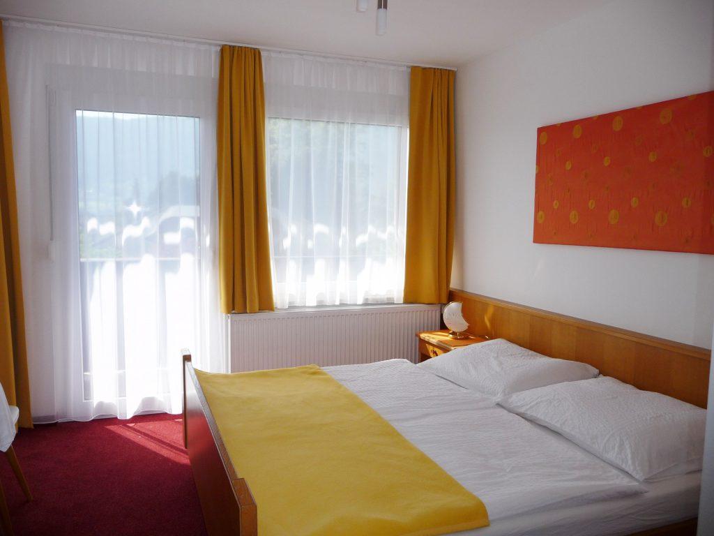 Blick ins Zimmer 8 von Appartement 4
